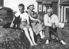 Söderskär Finland - Lighthouse master Sipilä's family in the late 1940s. Dogs are rare Seiskari seal dogs, left in the picture Vike and his sister. Photo: Maritime Museum of Finland