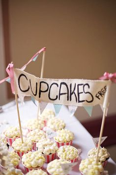 Oh my gahh, cupcakes that look like popcorn buckets!