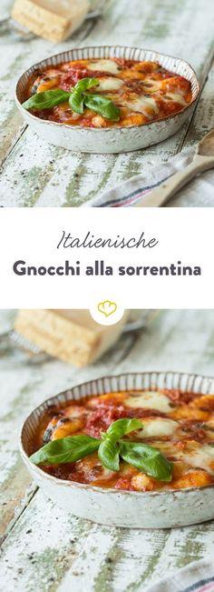 Ganz simpel und so lecker! Tomatensauce, Mozzarella und Gnocchi - mehr brauchst du nicht, um dich Gabel für Gabel in den Italienurlaub wegzuträumen.