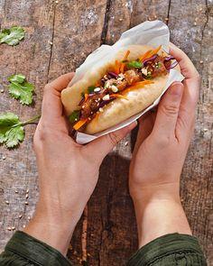 Gua Bao, Hot Dog Buns, Hot Dogs, Good Food, Bread, Paris, Ethnic Recipes, Filet Mignon, Steamed Buns