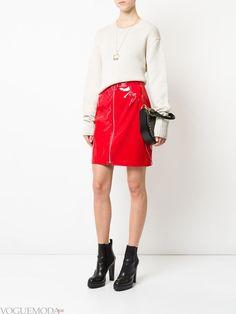 красная юбка с бежевым свитером
