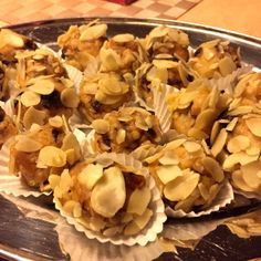 Švestkovo-mandlovo-datlové nepečené kuličky Christmas Sweets, Stuffed Mushrooms, Vegetables, Advent, Food, Stuff Mushrooms, Essen, Vegetable Recipes, Meals