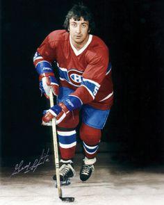 Guy Lapointe a grandi à Montréal et a passé de longues heures, au cours de son adolescence, à arpenter les alentours du Forum en quête de l'autographe de ses hockeyeurs préférés. Membre du légendaire « Big Three » qui dirigeait la brigade défensive des Canadiens au cours des années 1970, « Pointu » possédait tous les outils nécessaires lorsqu'il a fait sa place comme défenseur régulier à Montréal au début de la saison 1970-1971. Hockey Rules, Hockey Teams, Hockey Players, Ice Hockey, Funny Hockey Memes, Football Memes, Nhl, Montreal Canadiens, Vancouver Canucks