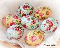 Предлагаю Вашему вниманию небольшой мастер-класс к Пасхе! В этом году решила украсить пасхальные яйца в технике декупаж.)) Итак, начнем! Материалы: вареные яйца (белые), крахмал, вода, кисточка, салфетки, пищевые красители (золотой, серебряный).Время работы: от 1 часа (зависит от количества яиц)Сложность: 1-2 Нам нужны салфетки с мелким рисунком. Снимаем два нижних слоя у салфеток и делаем…