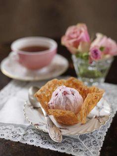 Spröda lyxiga mandelkorgar kan du baka 1-2 dagar i förväg och förvara torrt. Lägg i glasskulorna precis inför serveringen.