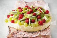 Hedelmäjuustokakku  ✦  Hedelmäjuustokakkuun käytetään helppoja säilykehedelmiä. Koristele kakku haluamillasi hedelmillä ja marjoilla. http://www.valio.fi/reseptit/hedelmajuustokakku/