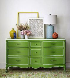 O Greenery é a cor pantone de 2017. Uma das formas de inseri-lo na decoração é em móveis de destaque como essa cômoda!