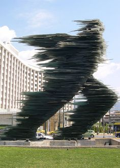 Kostas Varotsos, The Glass Runner (sculpture) in Athens, Greece. Prend vie, déplacement rapide, rythme élevé, trajectoire prévisible : on perçoit la direction du mouvement. Rapidité.
