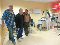 Ángel (i), Rafael (c) y José Ángel (d), en la unidad de rehabilitación del hospital Miguel Servet de Zaragoza.