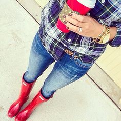 IG: kateireneblue These red hunter boots are off today with code 'FANCYFEET' shop the look - www. Fall Winter Outfits, Winter Dresses, Autumn Winter Fashion, Winter Style, Winter Gear, Winter Shoes, Winter Clothes, Red Hunter Boots, Red Rain Boots