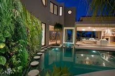 Vertical garden placed near the pool. The result is a great view from all angles! I love this idea. The various elements combined creates a Japanese feeling to this modern and luxery backyard.