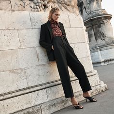 Anja Rubik poses in Paris for Zara's new editorial called, markBack to Minimal. Featuring fall-winter 2019 styles, basic pieces stand out in studio and… Anja Rubik, All Black Looks, Fall Looks, Zara Suits, Moda Zara, Vestidos Zara, Zara Outfit, Minimal Look, Tattoo