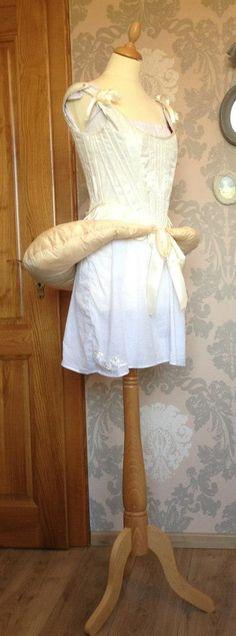 Reconstitution - chemise, corps baleiné et faux cul pour Robe à l'anglaise.
