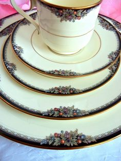 Interested in buying a Noritake China set? Discover the variety that Noritake has to offer to chinaware enthusiasts. China sets by Noritake stand Antique China, Vintage China, Vintage Crockery, Antique Dishes, Dinnerware Sets, China Dinnerware, Dinner Sets, Dinner Ware, China Sets