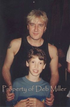 Joe with young fan 1999 Vivian Campbell, Phil Collen, Rick Savage, Joe Elliott, Rock Legends, Def Leppard, Rock N Roll, Bands, Music