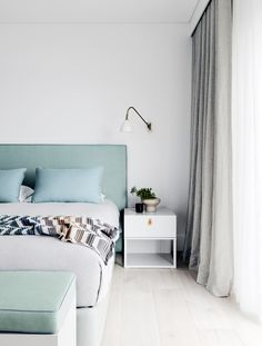 Modern coastal-style bedroom from Palm Beach weekender by Nina Maya Interiors. Photography: Felix Forest | Styling: Steve Cordony | Story: Belle
