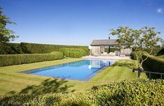 Droom mozaïek buitenzwembad met moderne poolhouse met prachtig terras in padoek