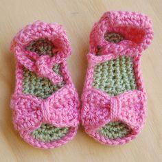 Free Crochet Pattern for these Bitty Bow Baby Sandals - so cute for summer! ♡ Teresa Restegui http://www.pinterest.com/teretegui/ ♡