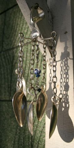 Kreatives Windspiel aus Löffeln, einer Gabel und Ketten