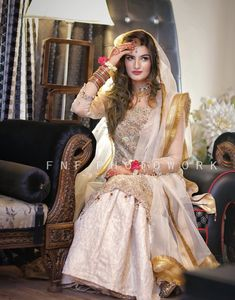 bengali bride makeup style E - makeupstyle Pakistani Wedding Outfits, Pakistani Bridal Wear, Wedding Attire, Bridal Lehenga, Wedding Wear, Pakistani Dresses, Nikkah Dress, Bengali Bride, Bridal Makeover