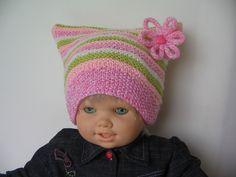 bonnet tricoté en laine layette à rayures anis,blanches ,roses, saumon et sa petite fleur au tricotin orné d'un : Mode filles par bebelaine