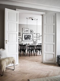 Living Room : Cozy home full of character - via Coco Lapine Design Monochrome Interior, Scandinavian Interior, Home Interior, Interior Architecture, Interior And Exterior, Interior Decorating, Scandinavian Style, Decorating Ideas, Decor Ideas