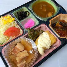 野菜たっぷりチキンカレー こっくり美味しい豚バラ大根煮 白身魚のタルタルソースかけ ナスのおろしあえ サラダ、漬物他  ごはんは「あいちのかおり」を使用しています。  豊川市の宅配弁当店です。  代表の近況報告:昨日は豊川信用金庫の「かわしん次世代経営塾」で受講生の皆様を前に事業の10分プレゼンを行いました。緊張しいの私は高校の定期テスト依頼の緊張感でお腹が痛くなりました。メンタル面がまだまだと思いしらされました。 - 10件のもぐもぐ - 野菜たっぷりチキンカレー  日替わり弁当 豊川市の宅配弁当店 by kurita820E3f