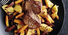 Damit die Steaks perfekt gelingen, das Fleisch vor dem Braten aus dem Kühlschrank nehmen und auf Zimmertemperatur aufwärmen lassen.