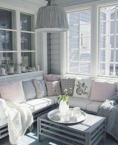 Viihtyisä sohvanurkkaus lasitetulla terassilla tarjoaa mahdollisuudet nauttia valosta kylmemmälläkin säällä. Studio Living, Living Room, Interior S, Interior Design, Outside Living, Blue Rooms, Seaside, Love Seat, Sweet Home