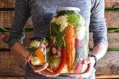 Nie ma nic lepszego na końską odporność, która jest tak ważna w dobie pandemii. Kiszonki to totalny strzał w dziesiątkę. Mamy łatwe przepisy, które szybko przygotujesz zupełnie sam. Fresh Rolls, Pickles, Kimchi, Cucumber, Veggies, Herbs, Ethnic Recipes, Food, Chef Recipes