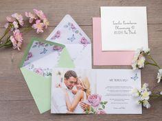 Passend zum Design der Hochzeitseinladung sollten auch die Farben der Briefumschläge gewählt werden