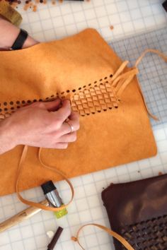 World debut - [ style punch to cut holes on leather surface, help you to make knit leather wallet Leather Art, Sewing Leather, Leather Pattern, Leather Design, Leather Tooling, Leather Jewelry, Leather Wallet, Leather Totes, Leather Texture