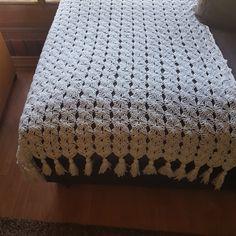 Colcha a crochet con borlas