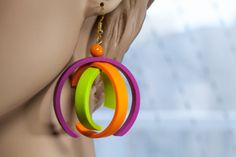 Elvira Krick on The Daily Polymer Arts Blog. How fun are these earrings? Extremely! The colors say ready for spring and the asymmetry composed from elements not aligning say that you never have to follow in line. www.thepolymerarts.com