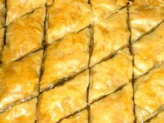Baklava vind ik een van de mooiste en vooral lekkerste uit Turkije. Een goede baklava wordt gemaakt met flinterdun deeg. Filodeeg komt erg dicht bij dit deeg. In mijn baklava recept gebruik ik dit, eigenlijk om het mezelf makkelijk te maken. Dit baklava recept zal vast afwijken van de traditie maar ik vind hem lekker zo. Overigens normaal gesproken wordt baklava in flinke hoeveelheden gemaakt. Hier maak ik een klein beetje omdat wij maar met zijn vieren waren.