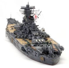 ★ 完成品 1/700 戦艦 大和 最終時 (完全新金型) ★ ピットロードのキットを使用して製作しています。 最新の考証を取り入れて、戦艦大和を完全新金型で再現されています。 ウェブの説明によりますと、現在入手できる公式図面、資料を精査して設計し、 船殻のフレーム位置を基準に、舷窓に至るまで、全ての構造物を可能な限り正確に配置し、 壁面の折れ角、ねじれ等の微妙なニュアンスも徹底的に追及し設計されています。 製作にあたっては、ピットロードの今回の新大和専用エッチングをメインに製作しています。 木甲板...