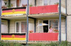 Fahnenschmuck an einem Wohnhaus in der Karl-Marx-Allee in Ost-Berlin anläßlich des Kampfappells zum 25. Jahrestag des Mauerbaus am 13. August 1986.