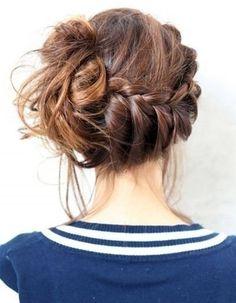 Le messy bun tressé - 20 coiffures à faire entre deux shampoings - Elle
