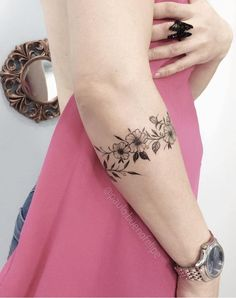 Caring For A New Tattoo - Hot Tattoo Designs Arm Cuff Tattoo, Tattoo Bracelet, Wrist Tattoos, Piercing Tattoo, Finger Tattoos, Sleeve Tattoos, Bild Tattoos, Hot Tattoos, Trendy Tattoos
