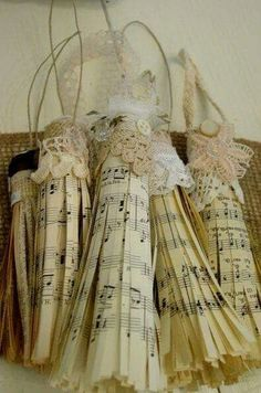 Sheet music tassel Decoration Noel, Decoration Shabby, Sheet Music Ornaments Diy, Music Christmas Ornaments, Sheet Music Crafts, Music Paper, Paper Ornaments, Christmas Decorations, Paper Decorations