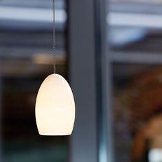 OH CHINA. Eine einfache Form verbindet sich bei der OH mit moderner LED Lichttechnik zu einer zeitlosen Leuchte. Eine besondere Wirkung haben dabei die Bone China Leuchten, die atmosphärisch durchleuchtet sind. Mit Hilfe eines Klemmhebels sind die Leuchten stufenlos in der Höhe verstellbar. Die OH eignet sich als Einzelleuchte und besonders in Reihung für die Ausleuchtung langer Tische und Tresen. Neben BONE CHINA steht OH in den Varianten Bronze und Aluminium poliert zur Verfügung.