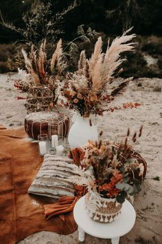 Inspiration für rustikale Boho Outdoor Hochzeiten mit freier Trauung und Live Musik #bohowedding #weddingdecoration #bohoflowers Fall Wedding Decorations, Diy Wedding Flowers, Wedding Flower Arrangements, Table Decorations, Elope Wedding, Boho Wedding, Wedding Ceremony, Autumn Bride, Autumn Wedding