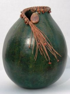 Simple and Lovely // Gourd embellished with pine needles. Decorative Gourds, Hand Painted Gourds, Ceramic Pottery, Ceramic Art, Slab Pottery, Deco Fruit, Pine Needle Crafts, Vase Deco, Gourds Birdhouse