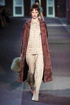 Tacchi alti, capelli perfetti, trucco ben definito e rossetto rosso. E' questo l'abbinamento che ci propone Louis Vuitton, per un semplice pigiama.
