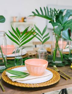 Tropical Decor 29408 Easy Summer Dinner Party Lazy Girl Host Advice from a 20 Something Emily Henderson 5 Tropical Home Decor, Tropical Party, Tropical Interior, Tropical Tabletop, Tropical Kitchen, Tropical Furniture, Table Rose, Easy Summer Dinners, Estilo Tropical