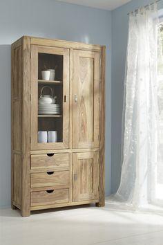Witryna, która zachwyciła mnie ułożeniem szuflad. Kolor naturalny, drewno.