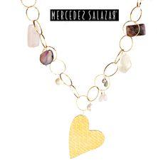 """Créale todo un concepto de """"amor"""" a tu outfit con este hermoso collar de corazón, que tiene letras de amor marcadas y piedras semi preciosas alrededor."""