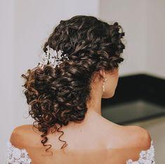 10 Stylish Wedding Hairstyles For Short Ideas Curly Bridal Hair, Natural Hair Wedding, Curly Hair Updo, Long Curly Hair, Wedding Hair And Makeup, Hair Makeup, Medium Hair Styles, Curly Hair Styles, Natural Hair Styles