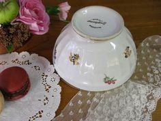 [Vintage French cafe au lait bowl(Longchamp)]フランスから届いたロンシャン製のかわいらしい小花のデザインのカフェオレボウルです。側面には、ゴールドとピンク、イエロー、パープルの小花の絵柄とふちにはゴールドのラインが引いてあります。