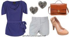 Melissa Incense nude flocada, com camiseta azul, bermuda branca de alfaiataria, brincos de coração e bolsa caramelo.
